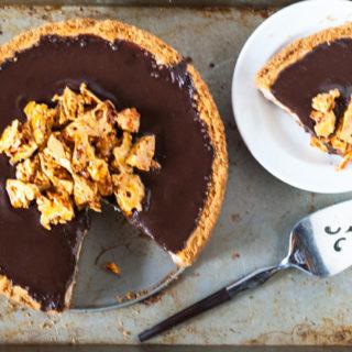 Honey-scented Cheesecake with Chocolate Ganache and Honeycomb | @cookiedesire