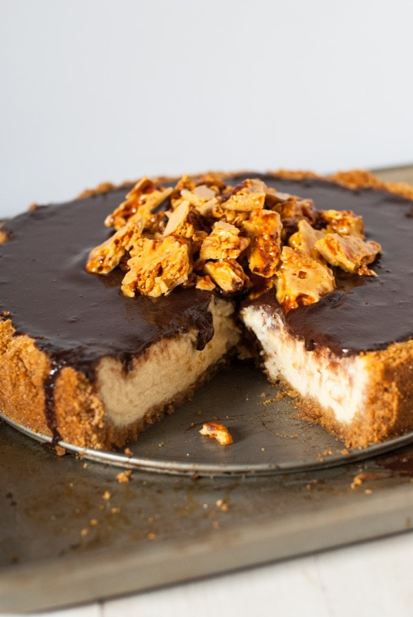 Honey-scented Cheesecake with Chocolate Ganache and Honeycomb | @cookiedesire