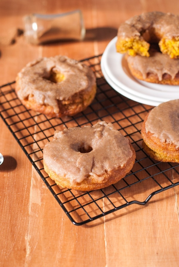 A delicious seasonal Pumpkin Donuts with Pumpkin Spice Caramel Glaze |@cookiedesire #pumpkin #donuts