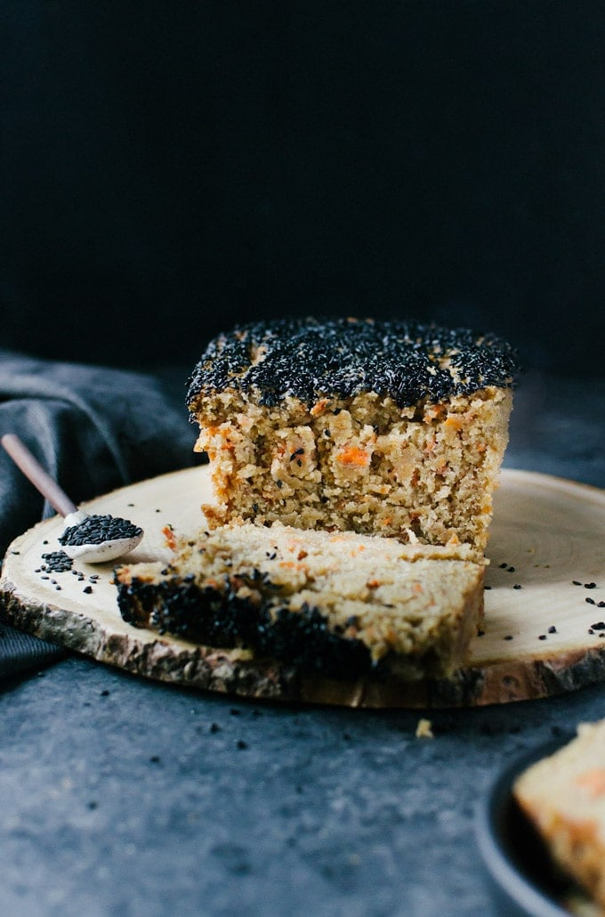 A delicious and simple carrot bread with ginger and black sesame seeds