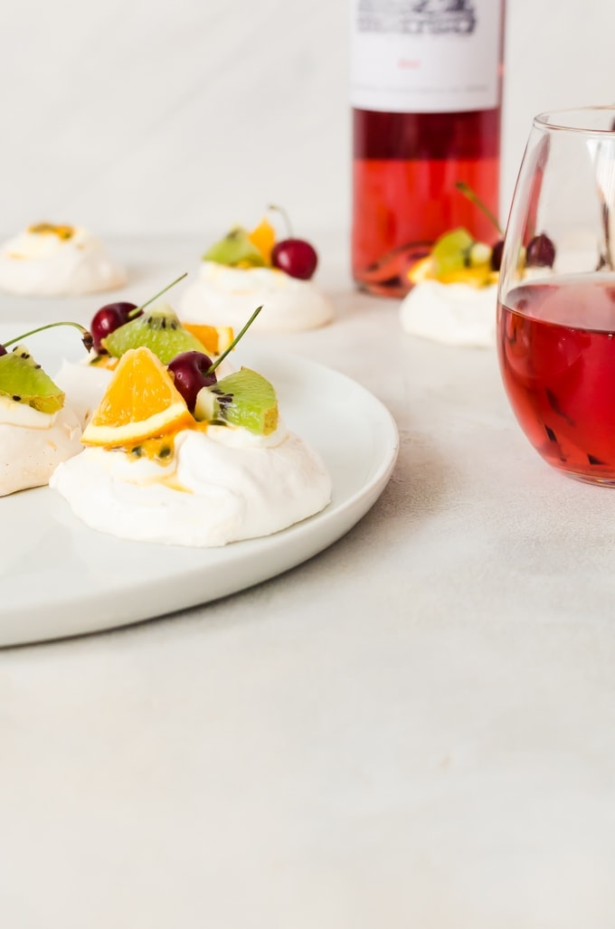 Cute and tasty mini pavlova perfect for your summer desserts