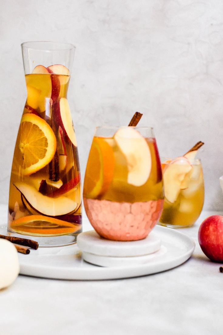 Apple cider sangria is the official fall cocktail of the year #applecider #sangria #applerecipes